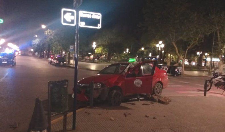 Un remís chocó contra una columna de alumbrado frente a plaza Roca