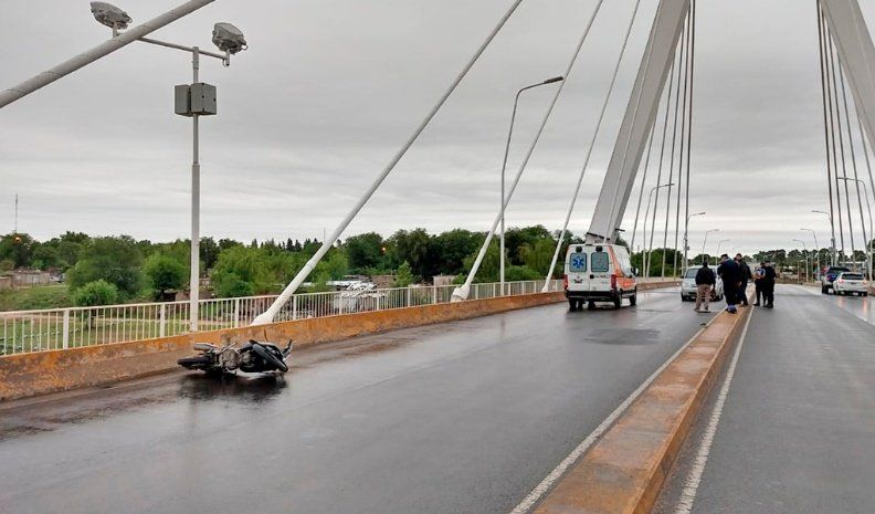 Una motociclista herida al ser embestida por un auto en el puente colgante