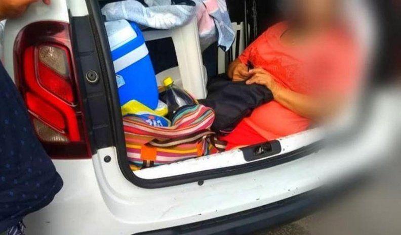 Brasil: un argentino multado por llevar a la suegra en baúl del auto