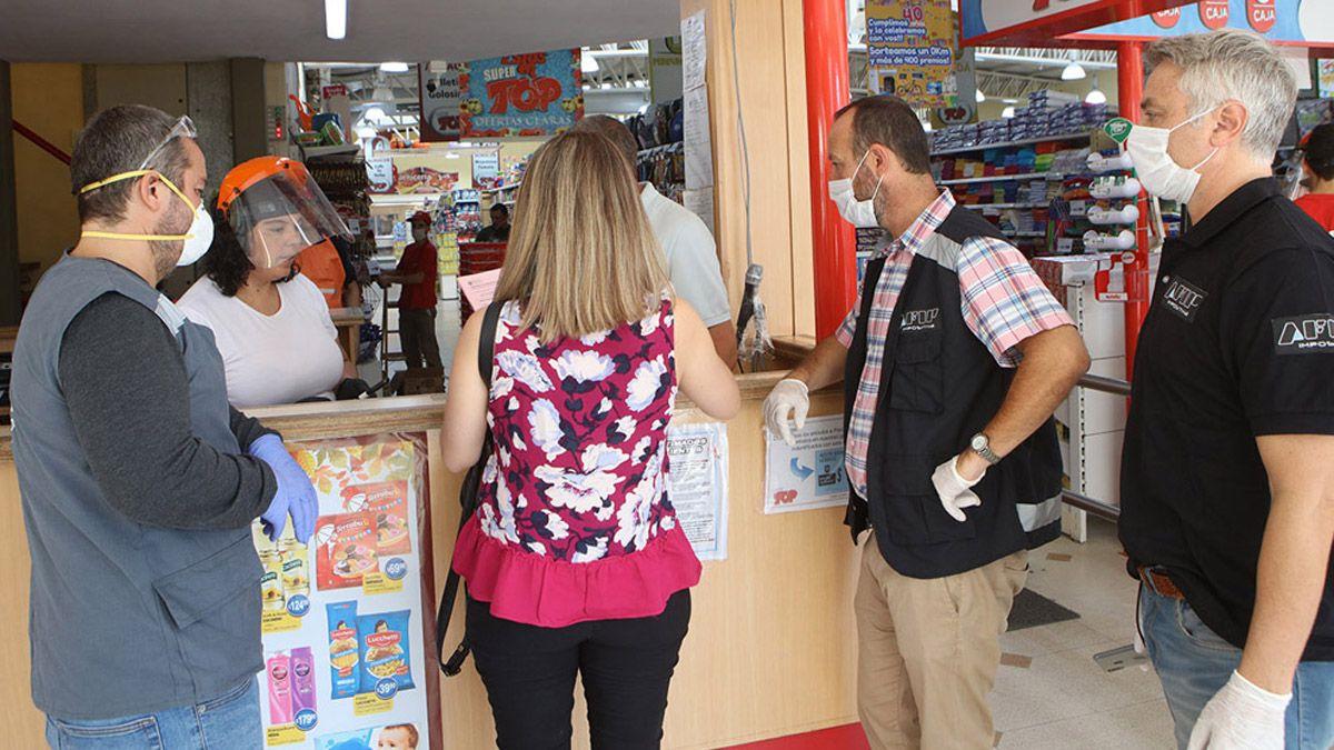 El operativo de control en uno de los supermercados locales.