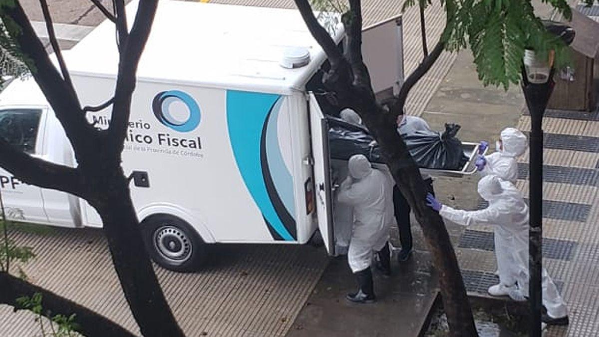 Personal del MPF ingresa el cuerpo en la morguera para ser sometido a la correspondiente autopsia y análisis.
