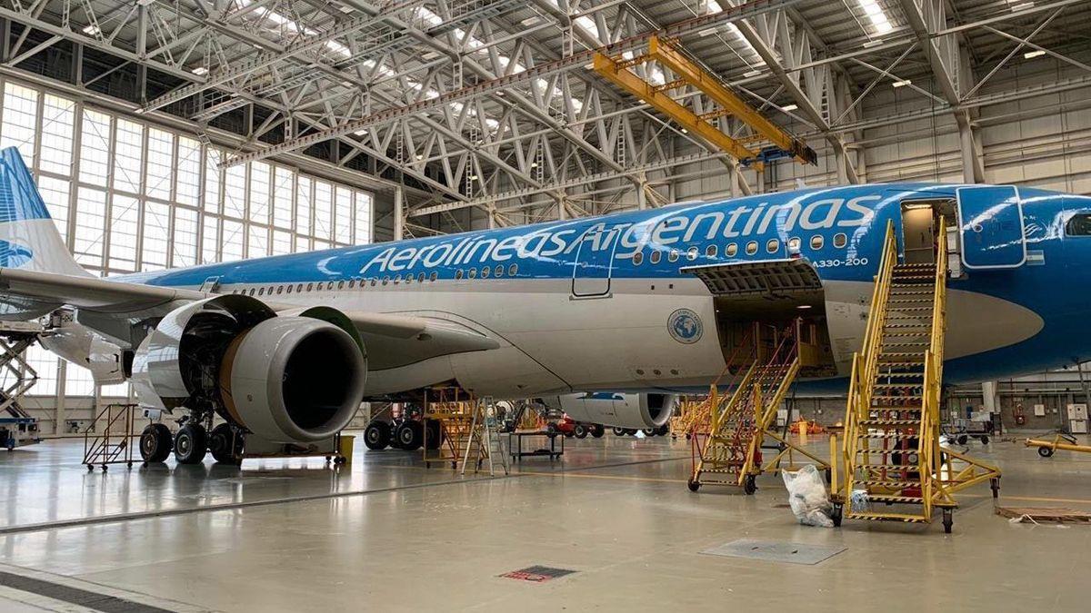 El avión de Aerolíneas Argentinas fue reacondicionado para transportar una carga de 13 toneladas.
