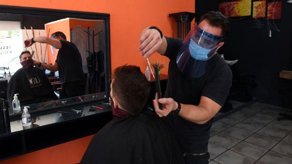El COE central habilitó a quinielas y peluquerías.