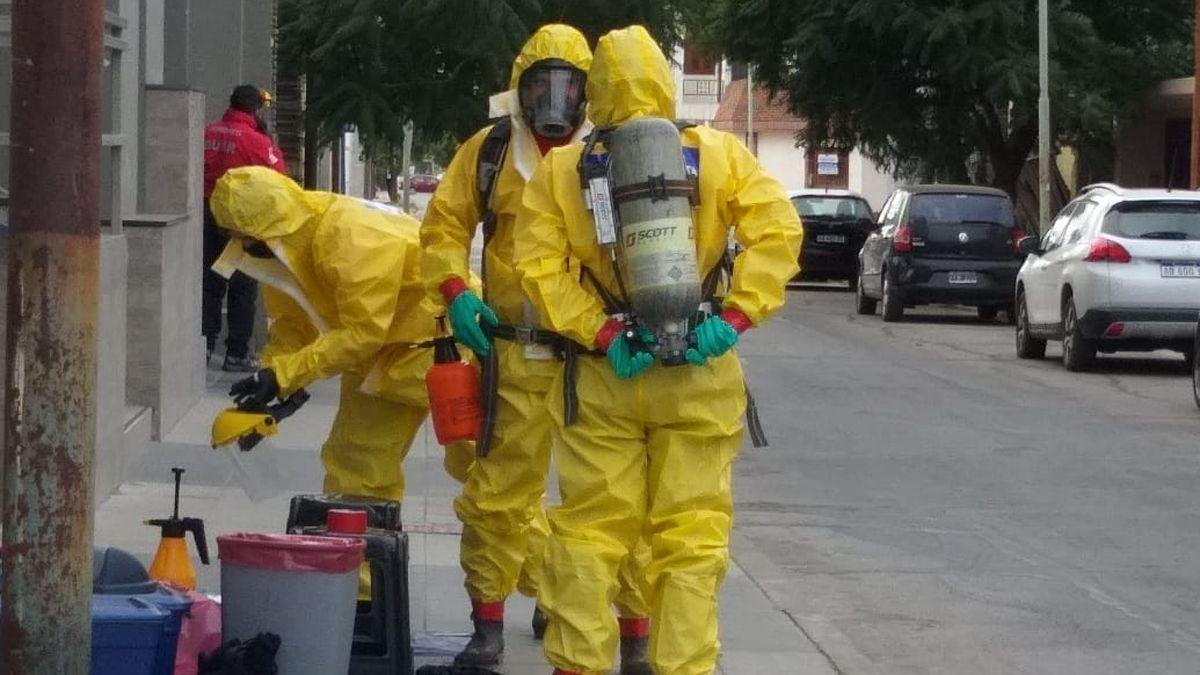 Personal equipado se prepara para ingresar al edificio.