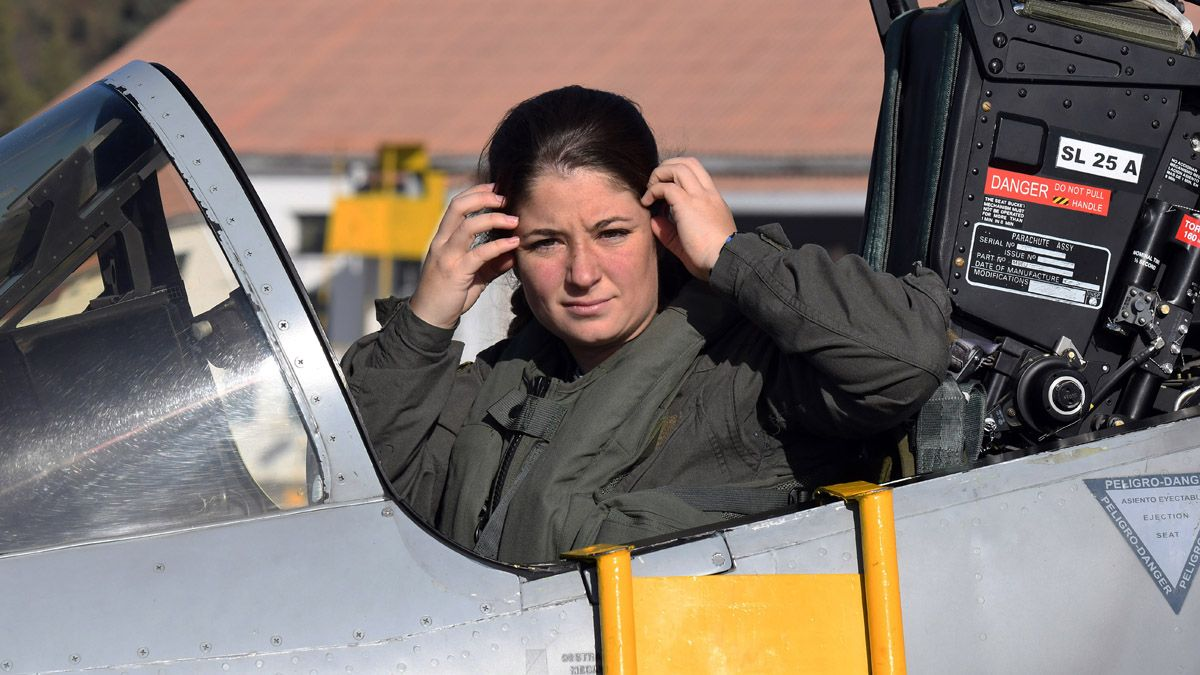 Vuelo de bautismo para la primera piloto de caza de la Argentina ...
