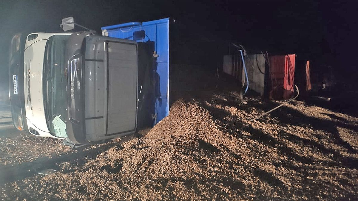 El camión quedó recostado sobre el cargamento de maní que trasladaba.