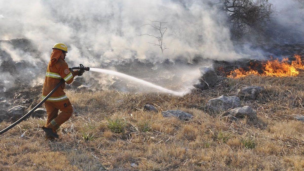 Unos 55 bomberos trabajan en el incendio en jurisdicción de Alpa Corral