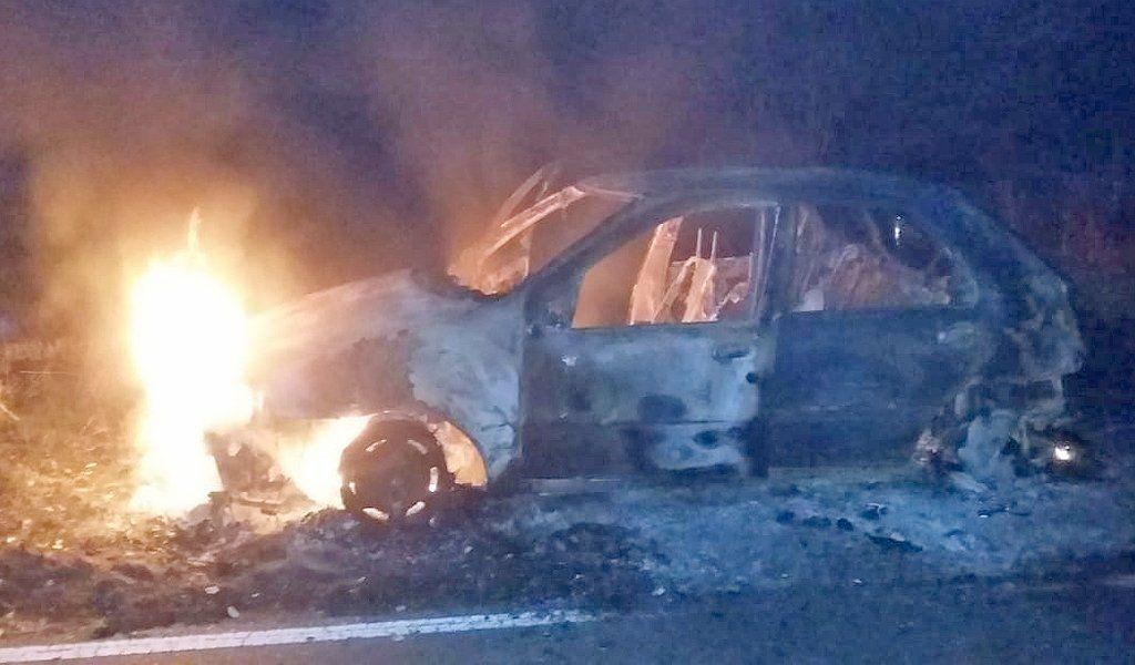 El Fiat Palio registró pérdidas totales en el incendio esta madrugada.