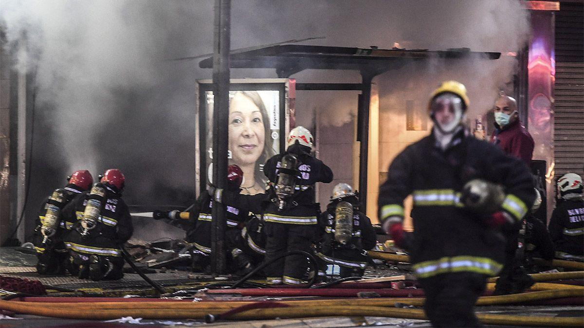 El incendio se desató en una perfumería donde hubo dos explosiones.
