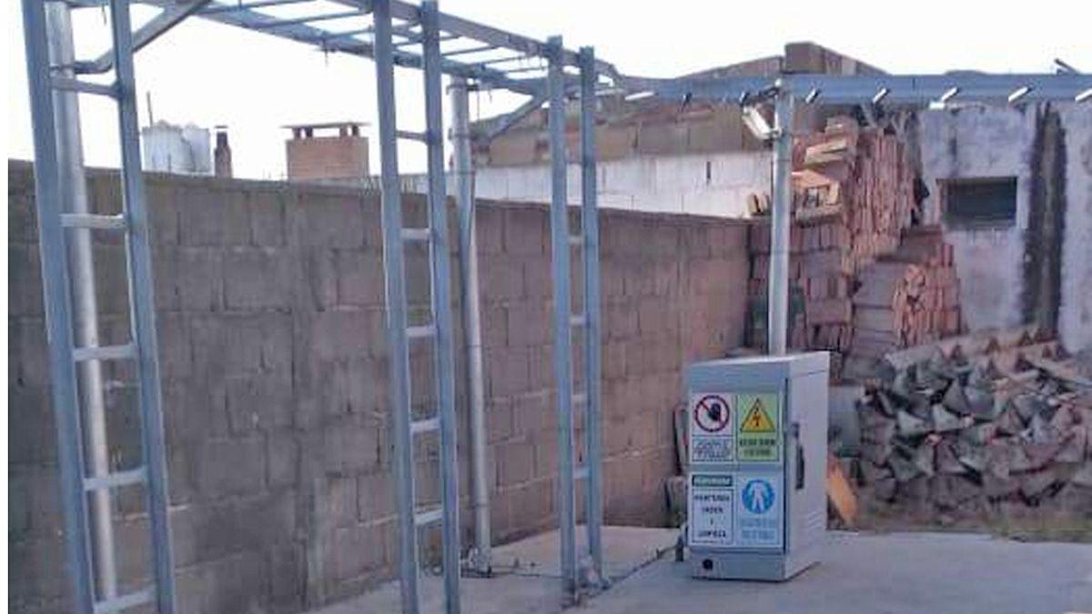 Parte de la estructura que se había comenzado a instalar para proveer de telefonía a La Carolina.La obra está parada.