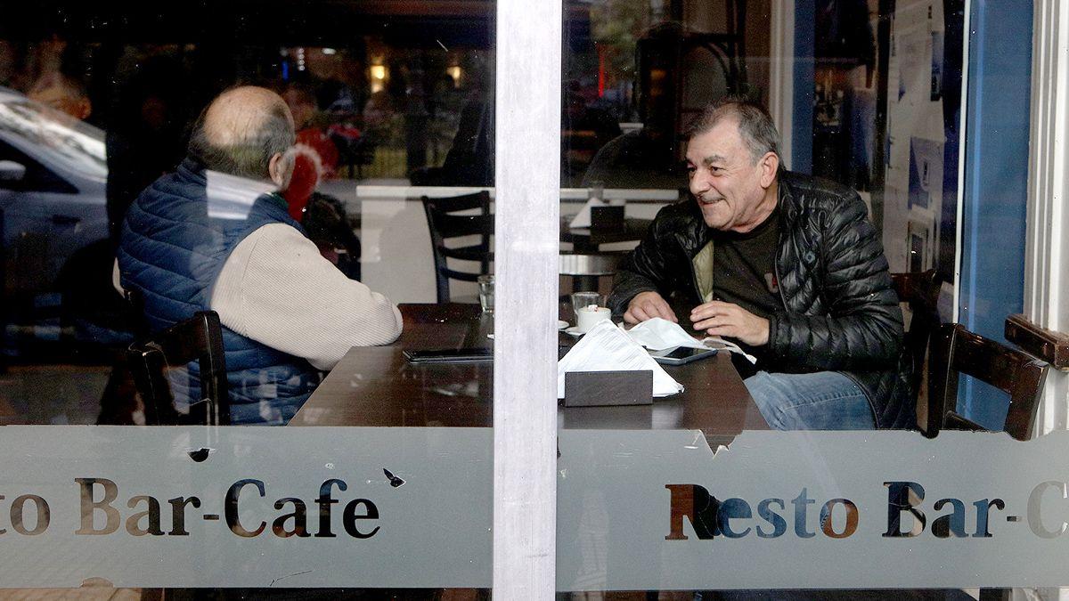 Los bares de la ciudad tuvieron buena afluencia de clientes en la reapertura de sus puertas.