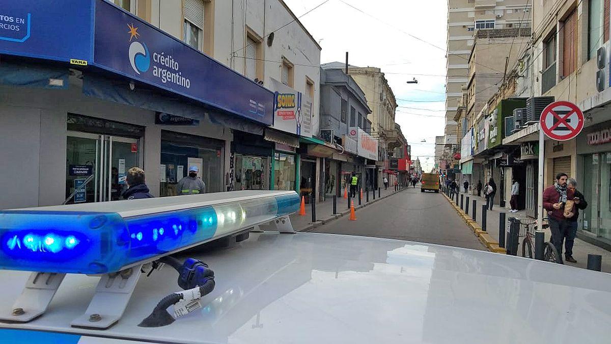 Un móvil de Seguridad Ciudadana impide la circulación en la cuadra donde se produjo el incidente.
