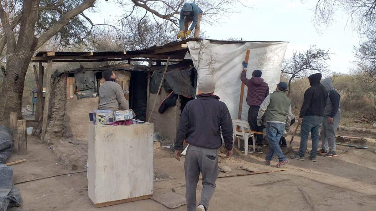 La precaria construcción que habitan una mamá y sus cinco chicos se encuentra camino a Amboy