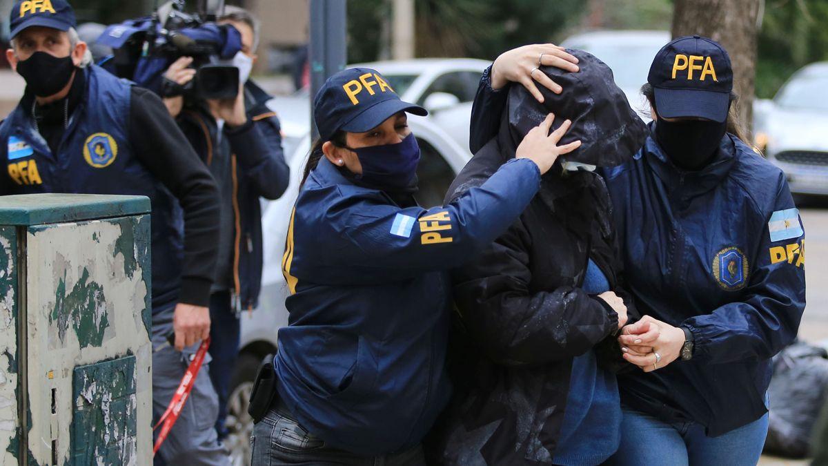 Dos mujeres policía escoltan a la exsecretaria presidencial de Macri