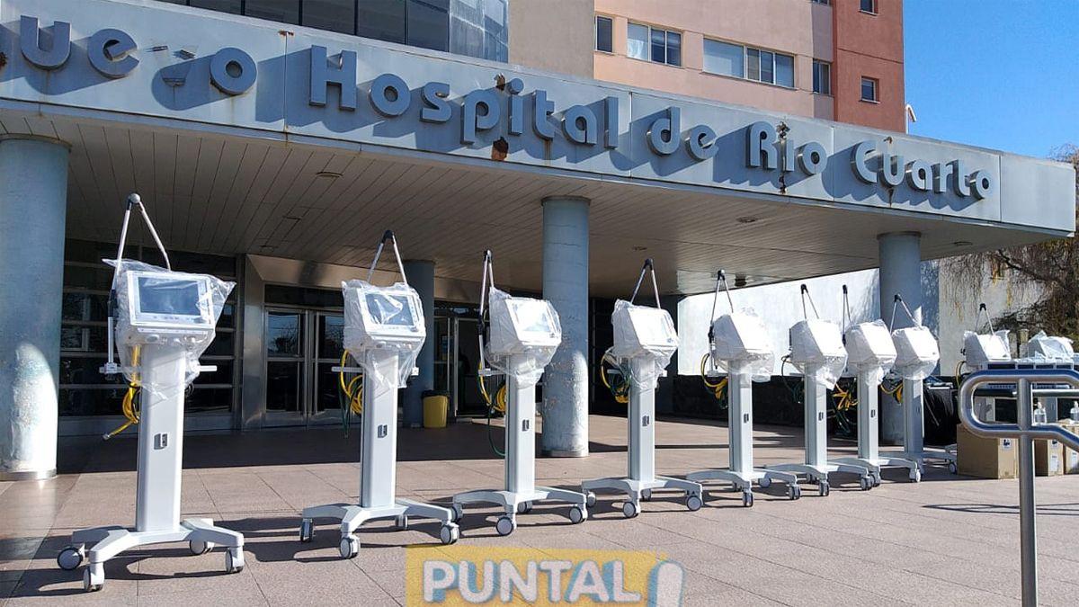 Los equipos se exhiben en la explanada de acceso al Hospital.