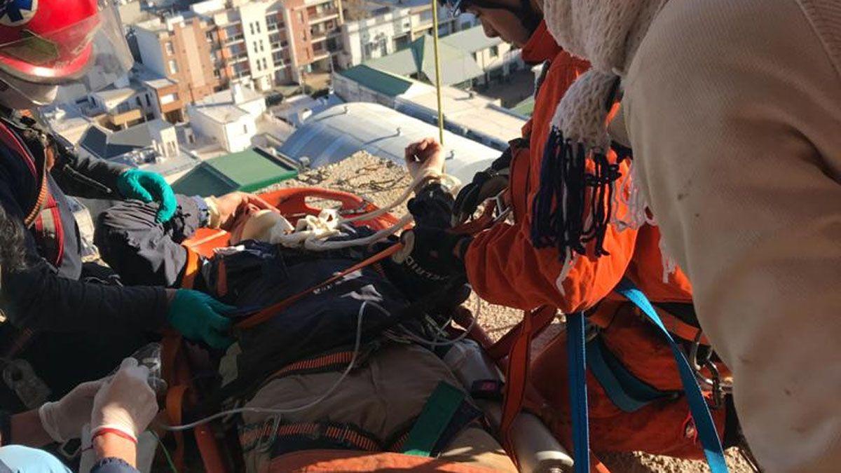 El hombre de 38 años estaba trabajando en el piso 17 cuando sufrió la caída.