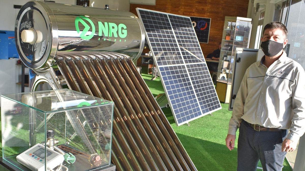 Daniele muestra un equipamiento solar y sus accesorios.