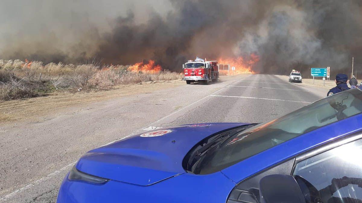 En Dalmacio Vélez cortaron el tránsito en la ruta 6 por un incendio.