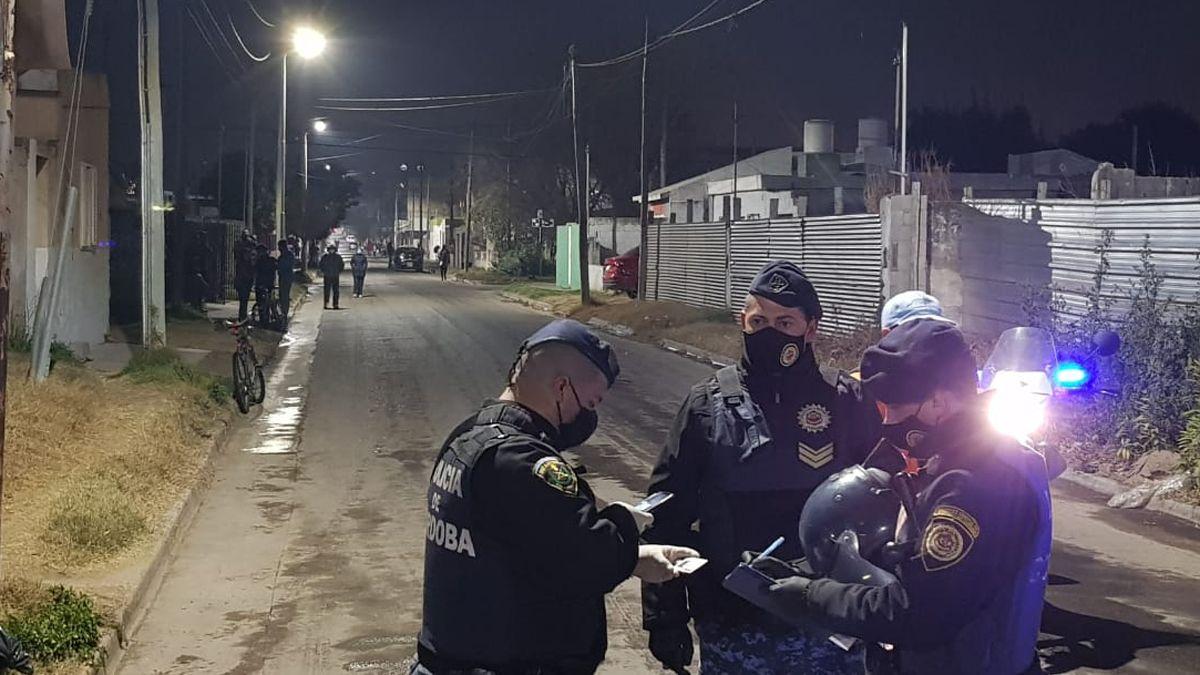 La Policía cercó cinco manzanas del barrio Santa Rosa tras la disposición del COE.