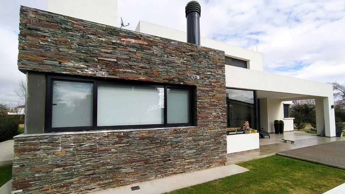 La fachada que da al patio cuenta con grandes aventanamientos con orientación norte.