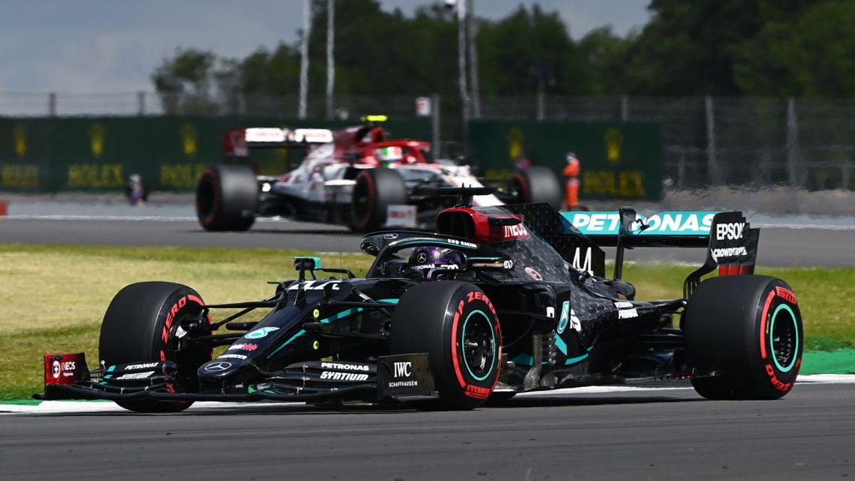 Hamilton se puso al frente al establecer un tiempo de 1m24s303 que le permitió quedarse con su séptima posición de privilegio en su país superando a Ayrton Senna quien consiguió seis en Brasil