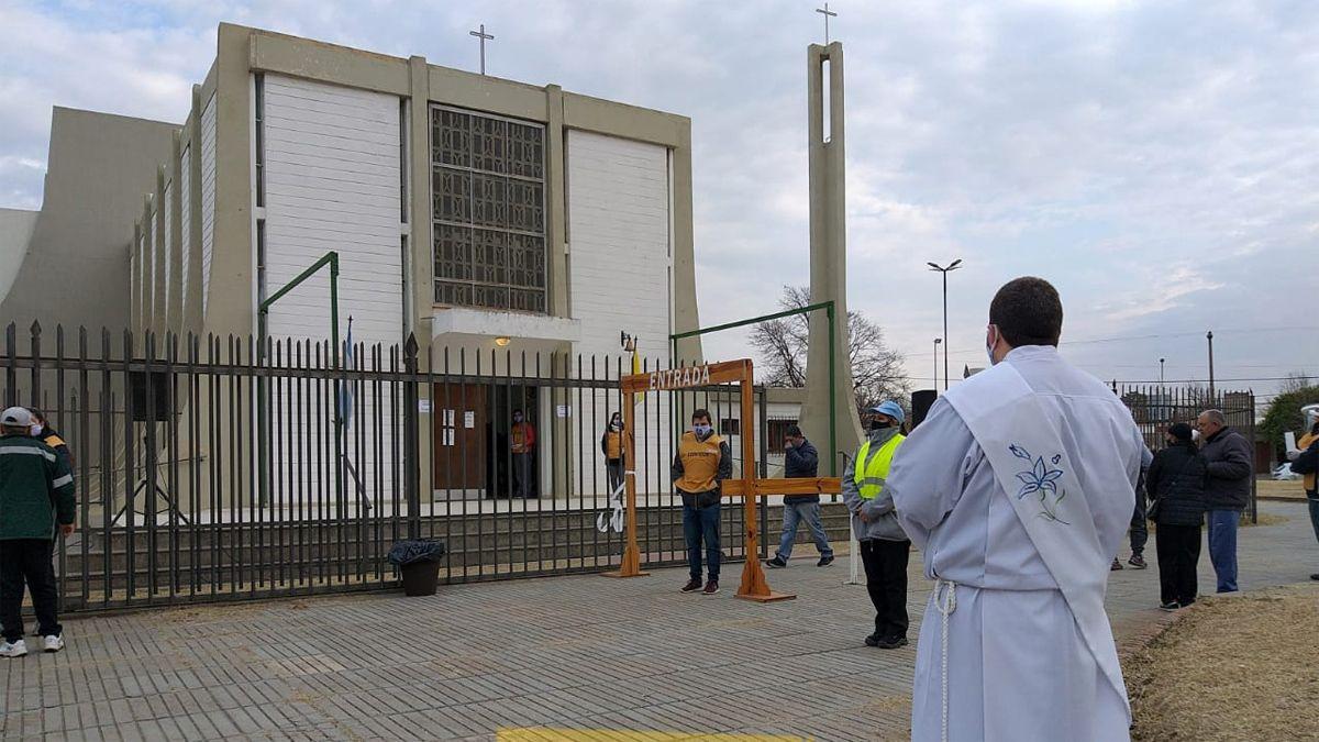 Los fieles ingresan al templo bajo estricto protocolo sanitario.