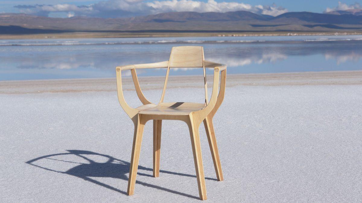 Una foto de la producciónencargada por Gómez Paz para mostrarla silla Eutopia en las Salinas Grandes