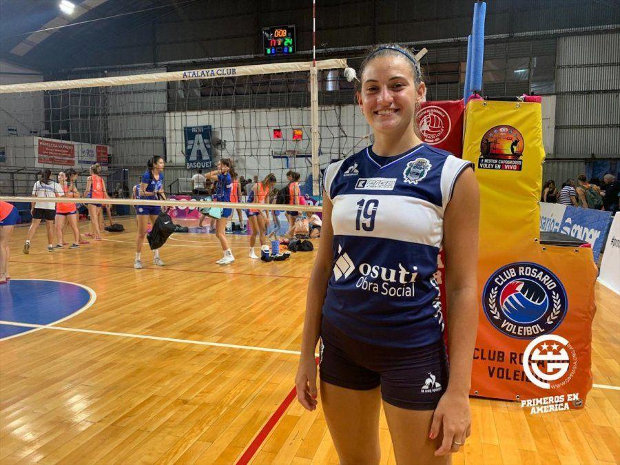 Camila Giraudo y la camiseta de Gimnasia y Esgrima de La Plata.