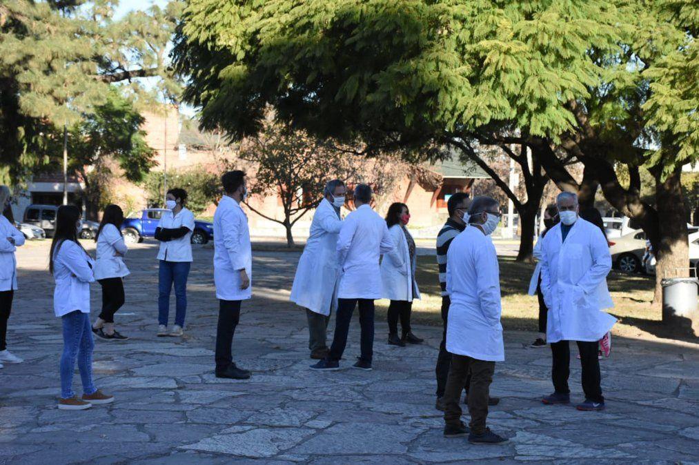 Una gran cantidad de profesionales de la salud se concentraron en Plaza SanMartín para movilizarse.
