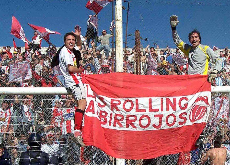 Ezequiel Carassai con Alejandro Luna celebran el ascenso al Argentino A en cancha de General Paz Juniors el 25 de junio de 2006.