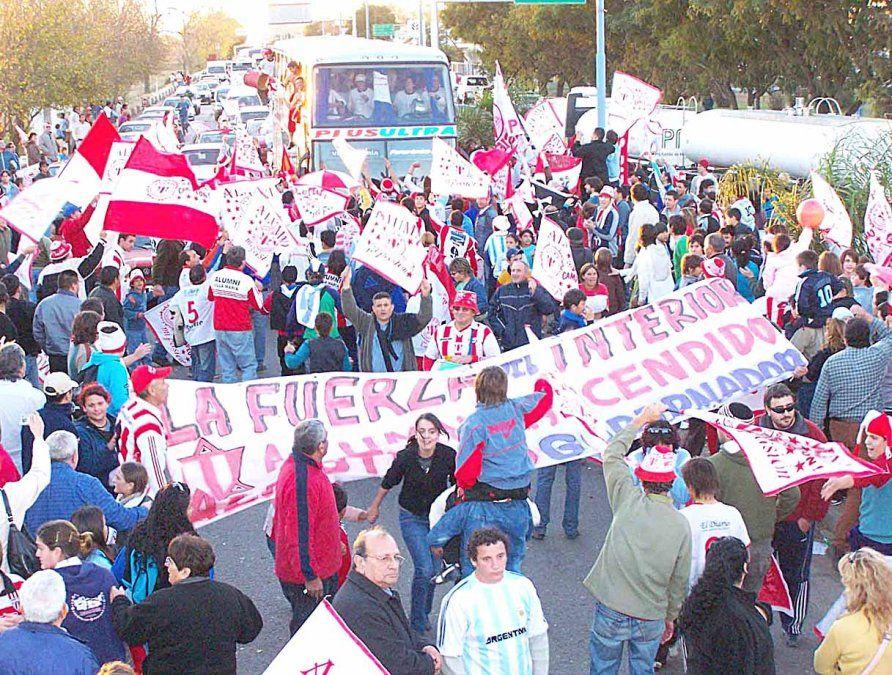 La multitudinaria caravana para recibir al equipo de Alumni en 2006. Un monstruo grande.