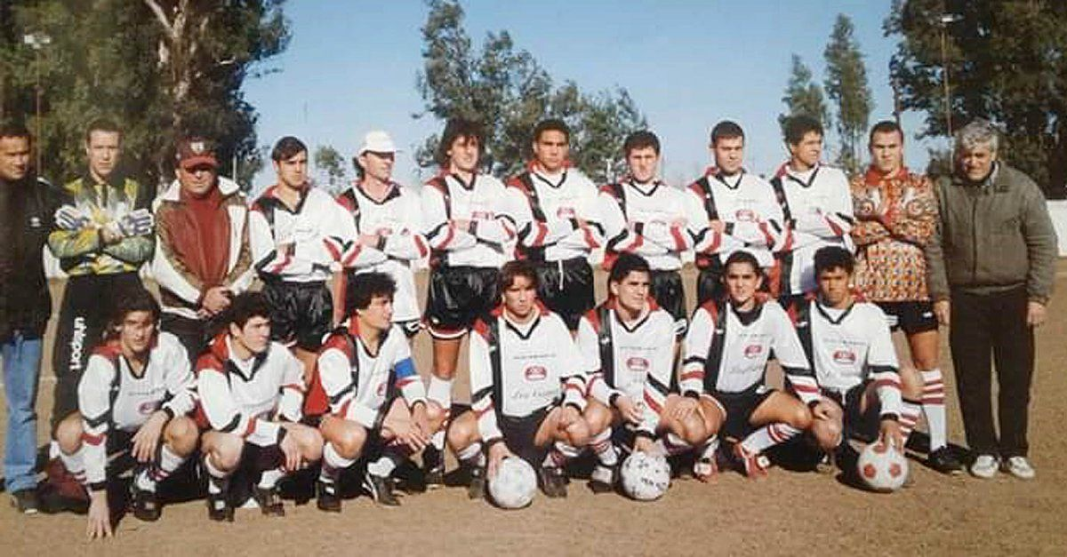El elenco de Colón de Arroyo Cabral que se consagró campeón en 1997 bajo la conducción táctica de Juan Carlos Giacri. Hace 23 años.