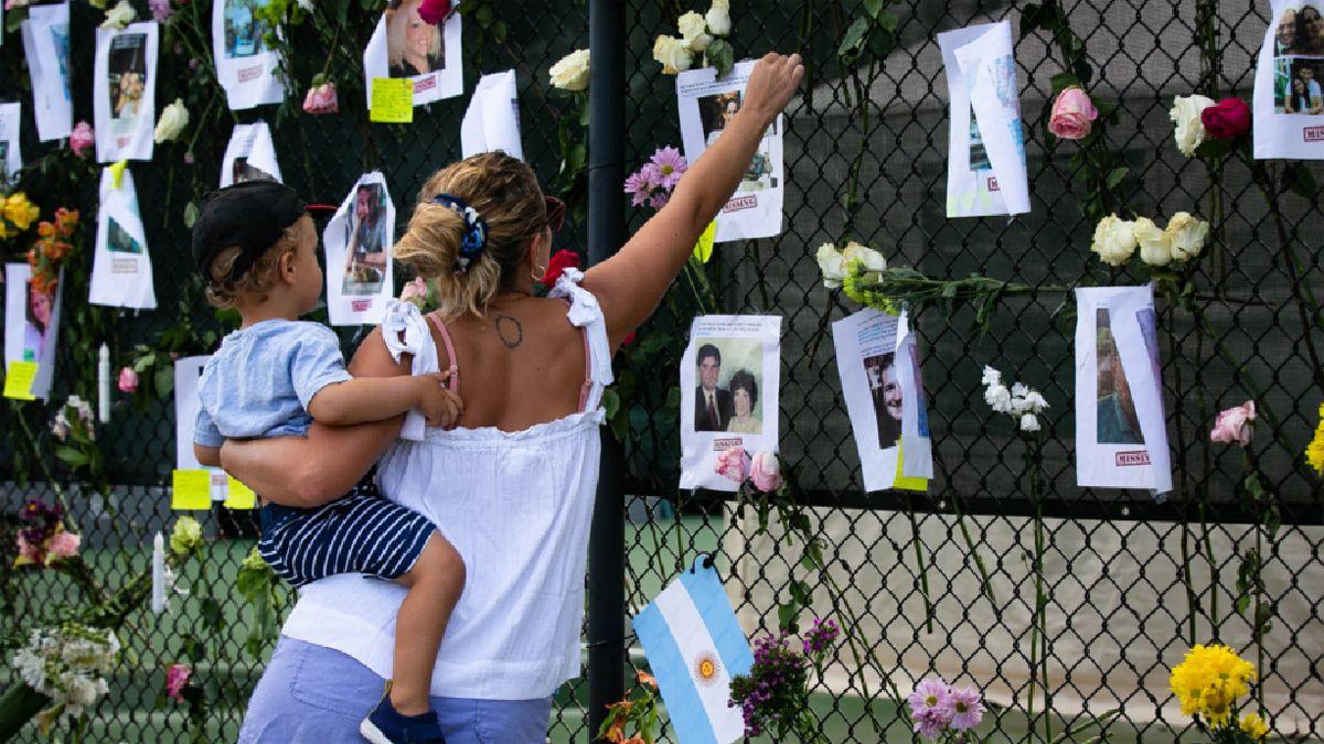 Mucha gente rinde homenaje a las víctimas cerca del edificio que quedó convertido en escombros.