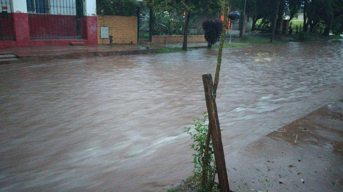Anegamientos por una intensa lluvia en Embalse: hay alerta en la región