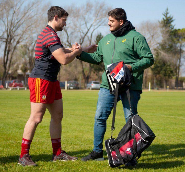 El capitán Diego Beletti entrega a Blangetti un bolso con pilcha del Sanma. (Foto: María Rosa Ponce).
