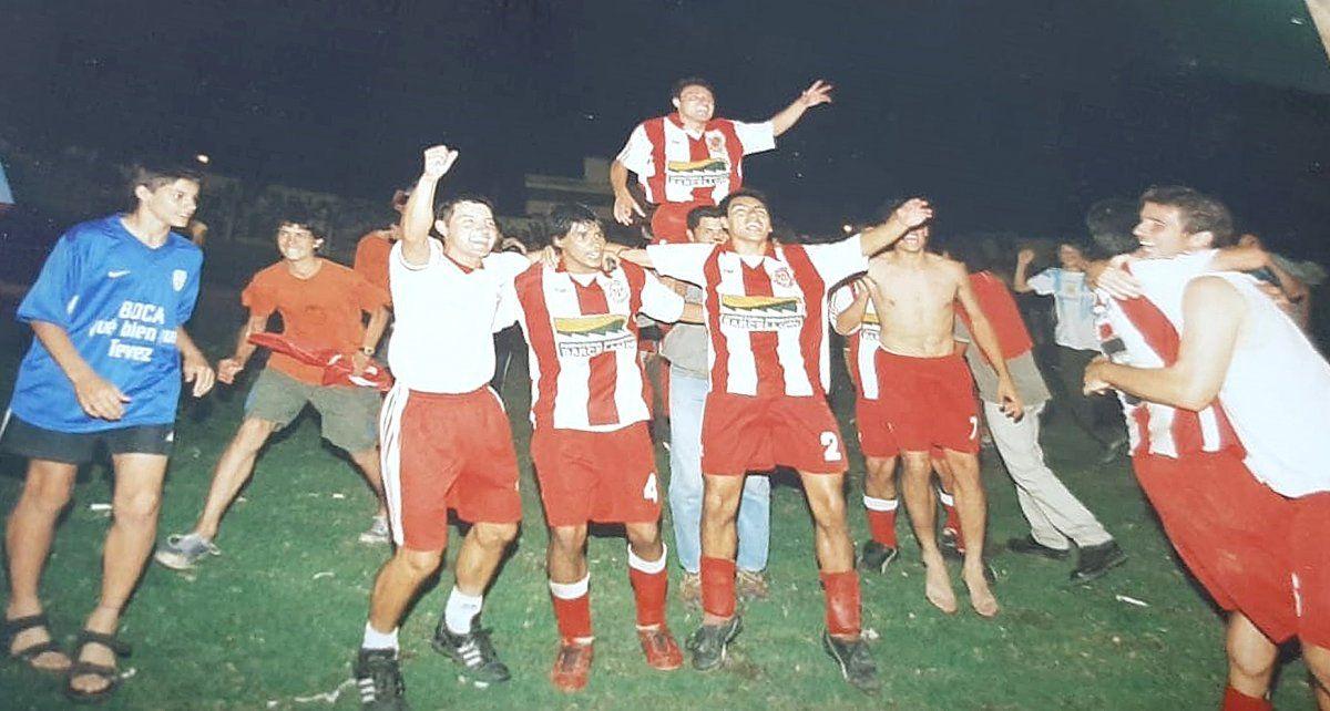 Festejando en primer plano junto a los hermanos Hernán y Ezequiel Carassai