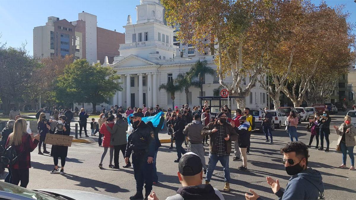 Decenas de trabajadores del rubro peluquerías protestaron frente al Municipio.