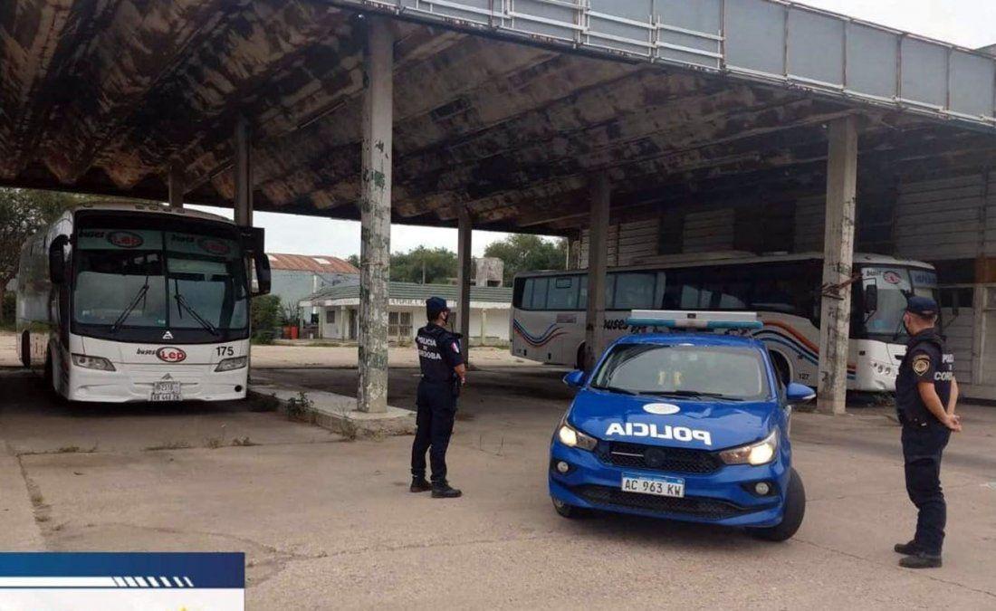 Por el paro de transporte, la Policía custodia a colectivos que circulan