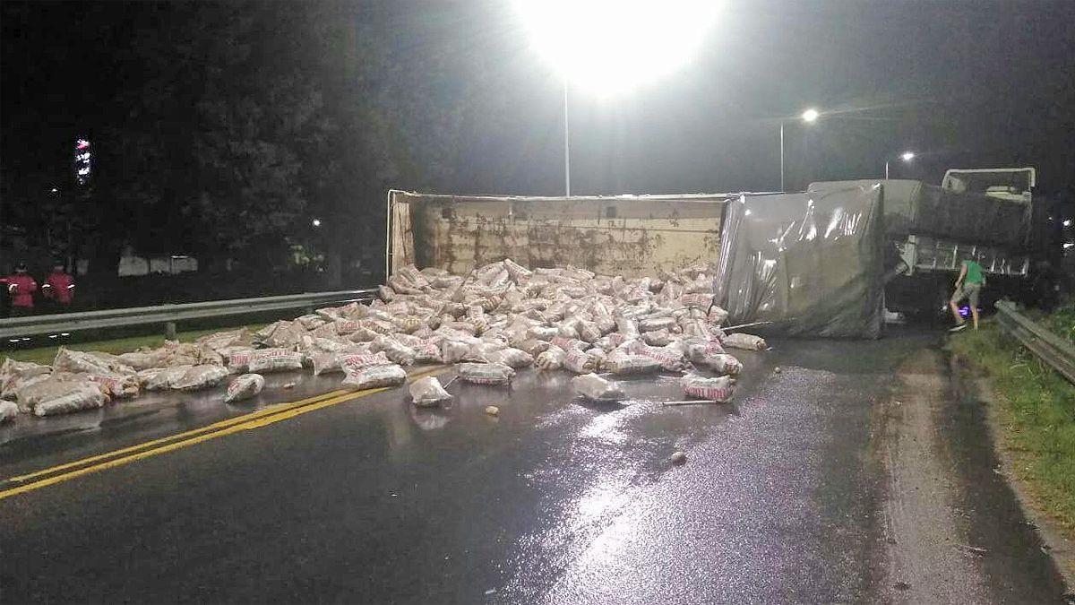 Volcó el acoplado de un camión cargado con papas en ruta A005