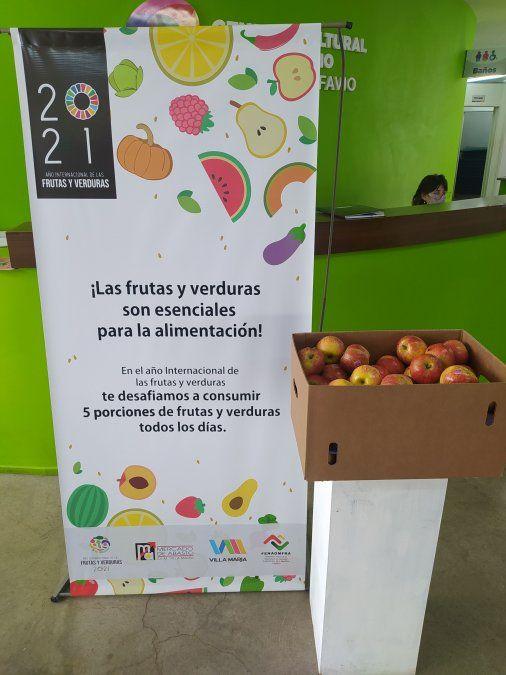 El mercado regala frutas a las personas que son vacunadas contra el Covid