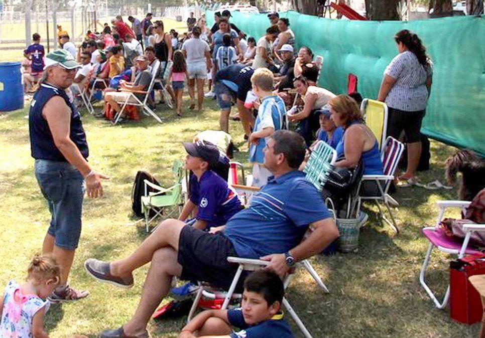 Así no. Una imagen vieja. Los padres se autoconvocaron para pedir que siga el fútbol.