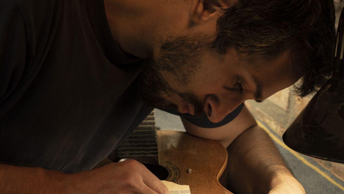 Valentin Lubarsky es luthier y sueña con crear su propia escuela en Río Cuarto.