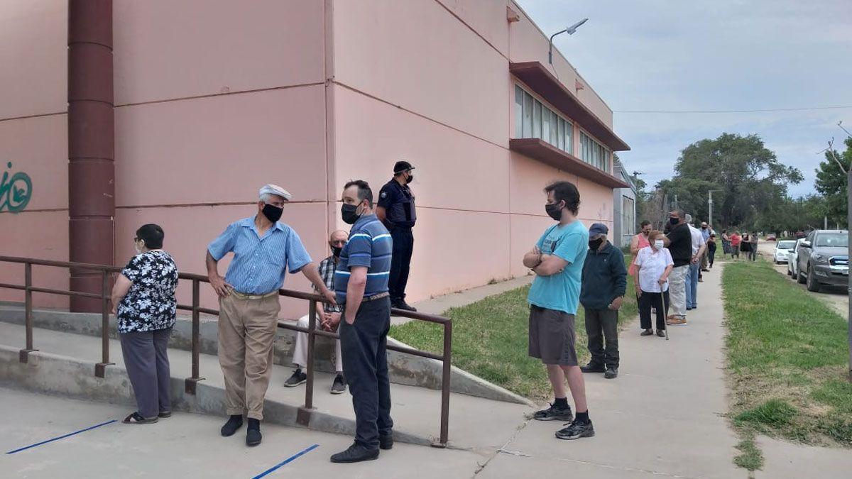 Hay demoras en las primeras horas de votación y comenzaron a conformarse importantes filas