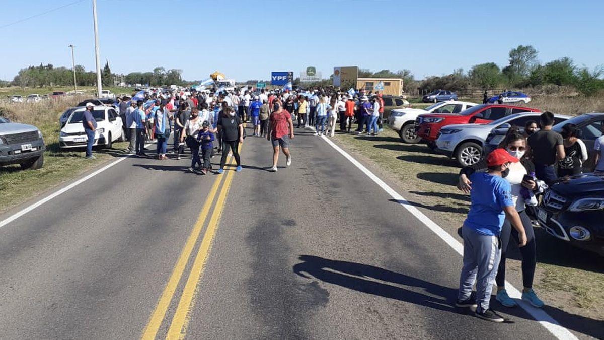 Los manifestantes agitaron banderas y mostraron sus pancartas.