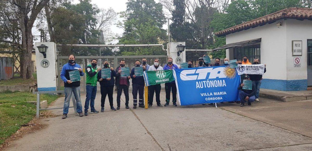 Trabajadores y trabajadoras en las puertas de Fabricaciones Militares Villa María.