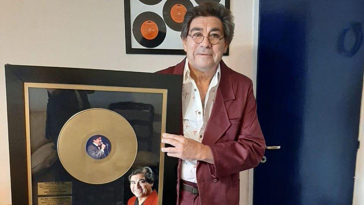 Ariel Mora con su Disco de Oro.