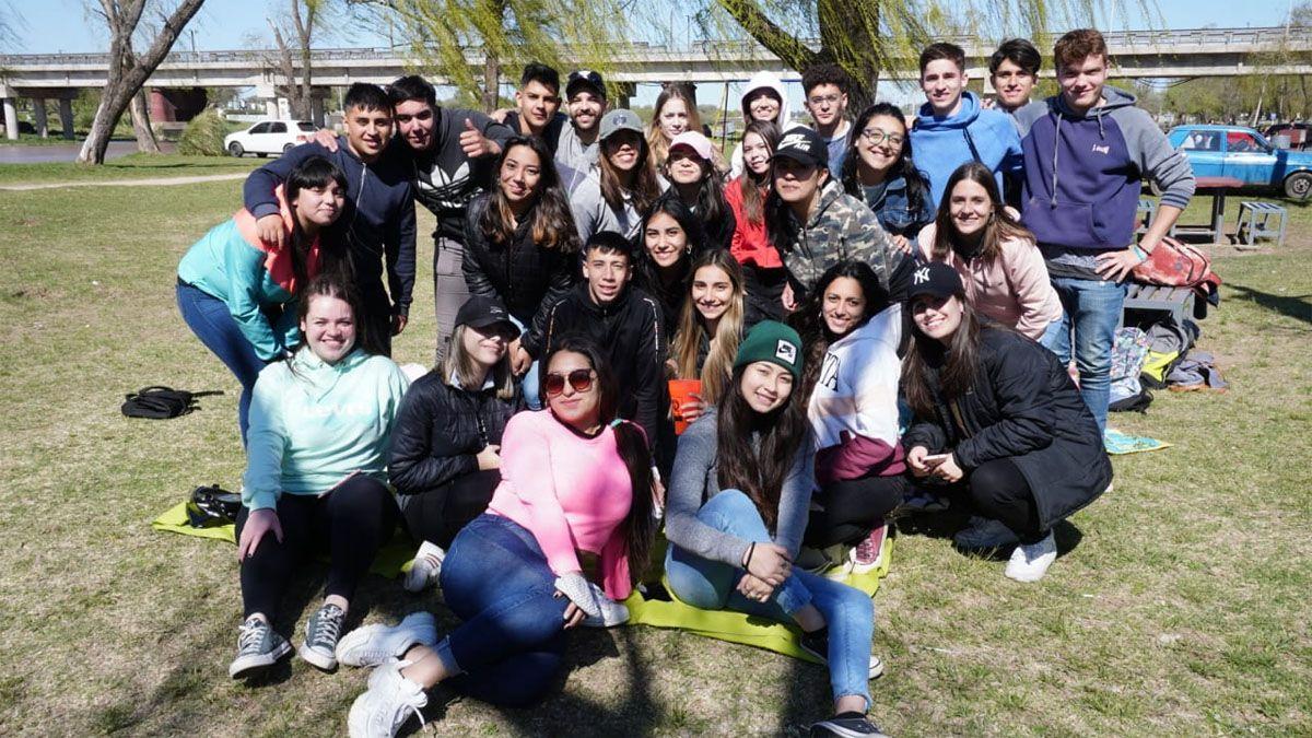El festejo del Día del Estudiante en el río.