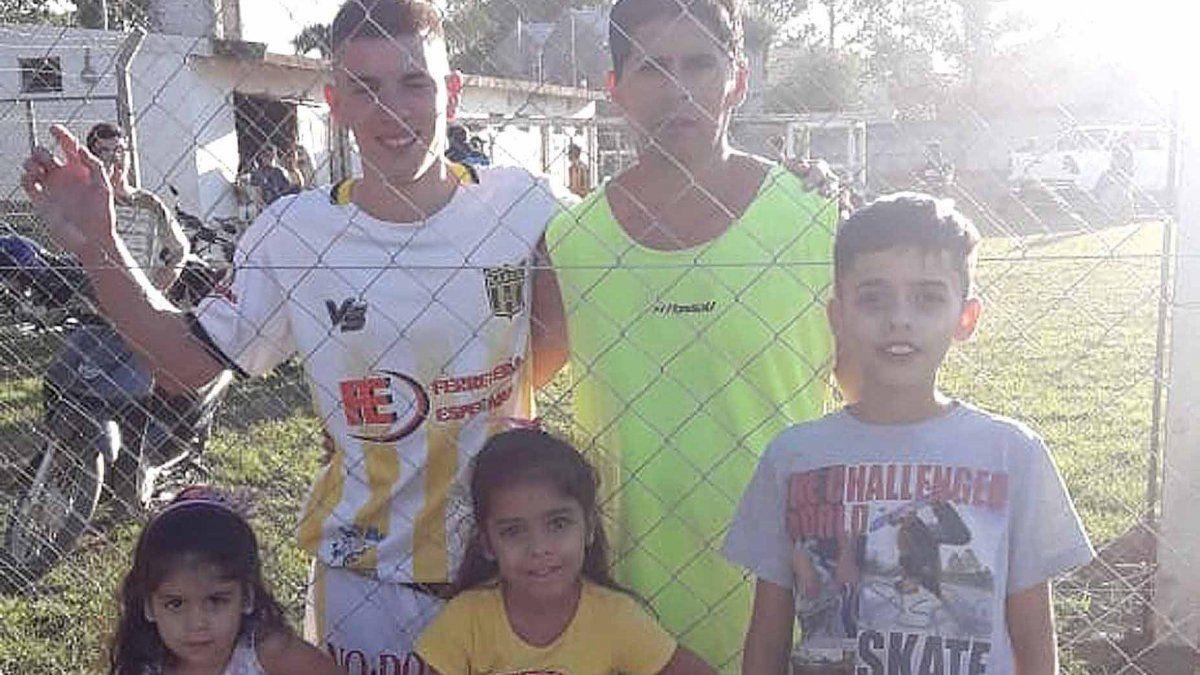 Una postal familiar futbolera en Unión Central. Martín Delfino abrazado con su cuñado Gastón Tejeda y rodeado por sus 3 hijos Genaro