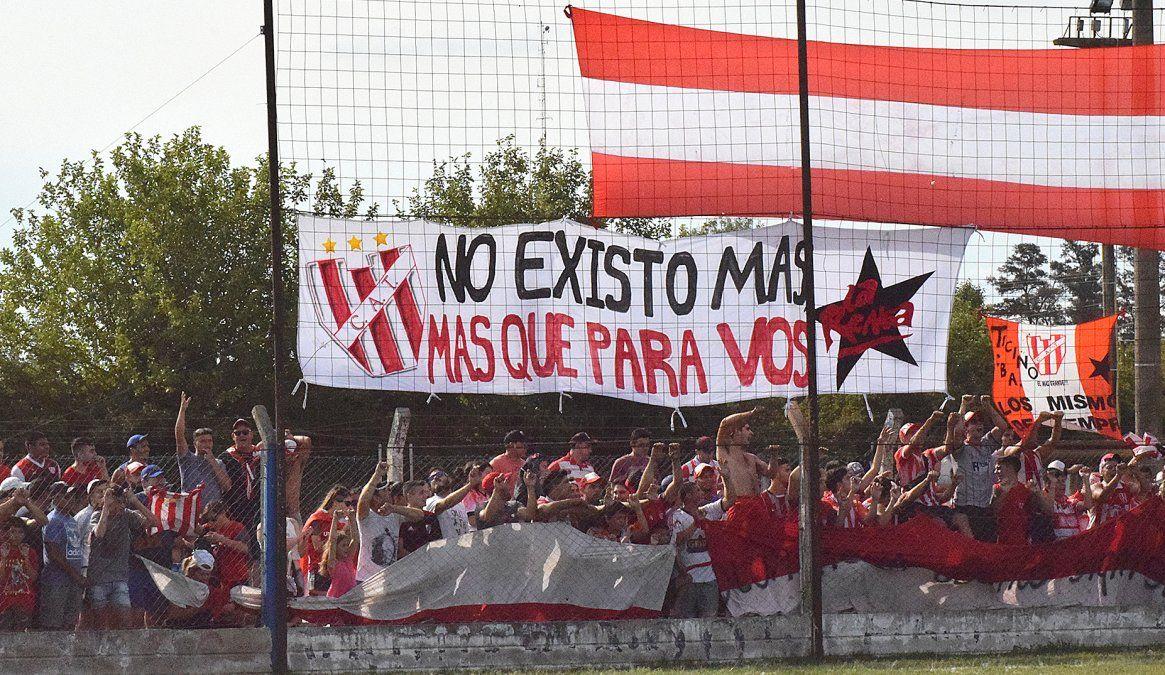 La hinchada de Atlético Ticino en la final del torneo Clausura 2019. Luego llegó la pandemia. El fútbol regresa con sólo 100 espectadores.