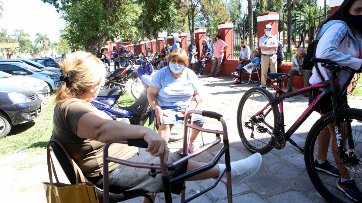 La hilera de interesados recorre todo el perímetro del enrejado exterior del predio de El Andino. (Fotos: Matías Tambone)
